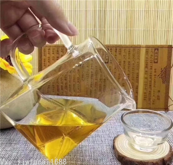 奇楠沉香茶葉泡出的茶湯金黃色色澤