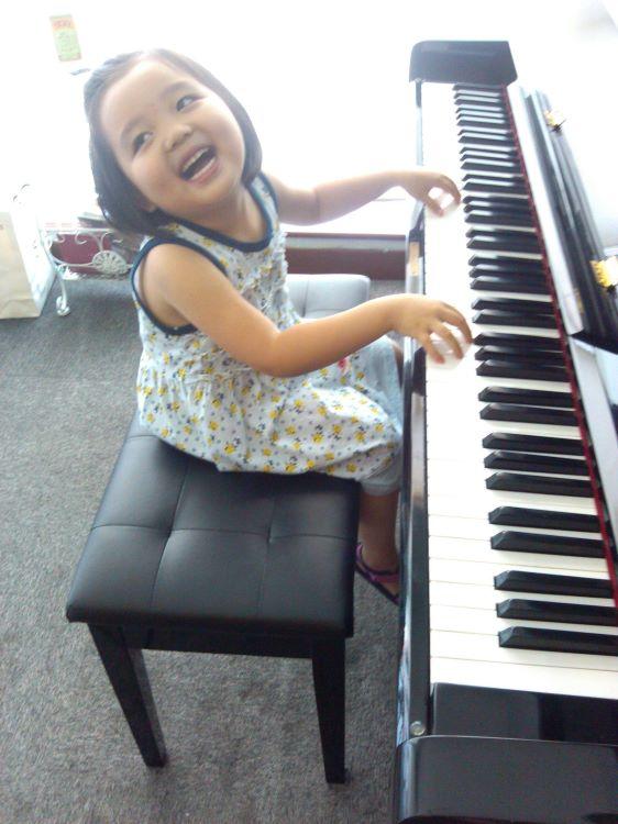弹钢琴很开心