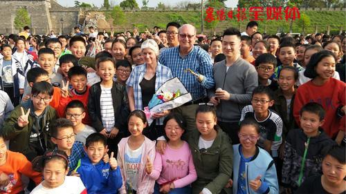 3-孩子們與蘭迪夫婦合影(圖片來自襄陽日報).jpg
